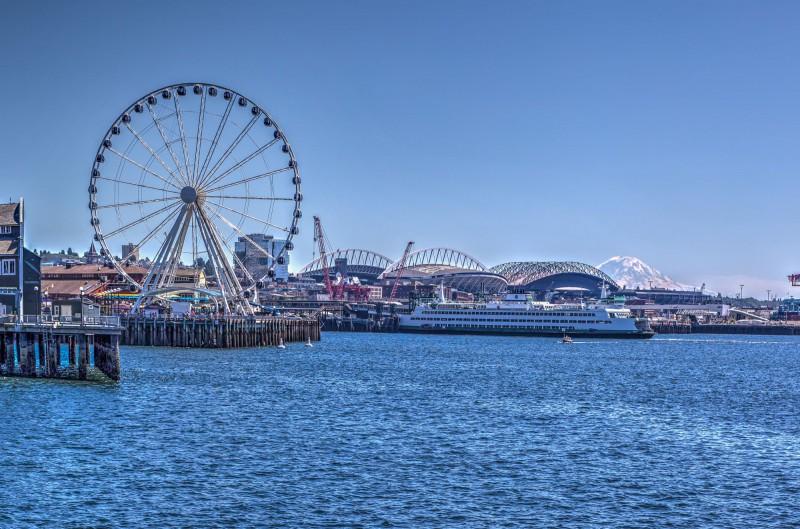 Seattle Great Wheel and Mount Rainier
