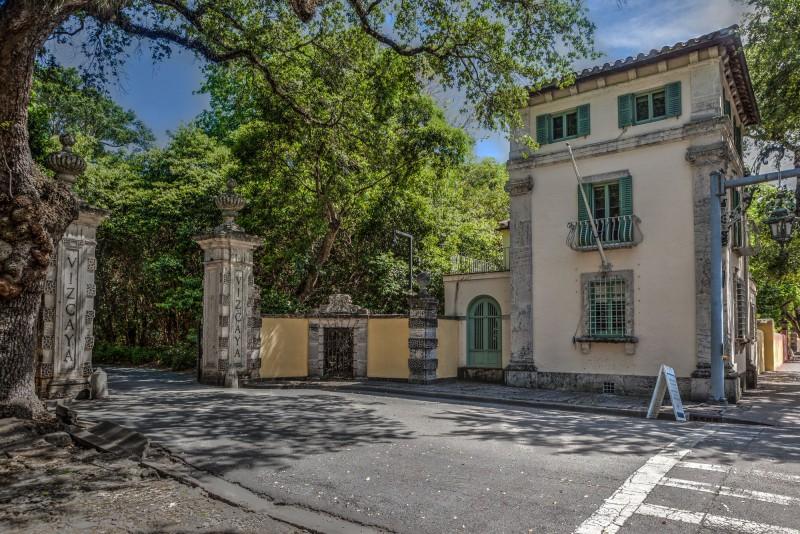 Driveway entrance to Vizcaya
