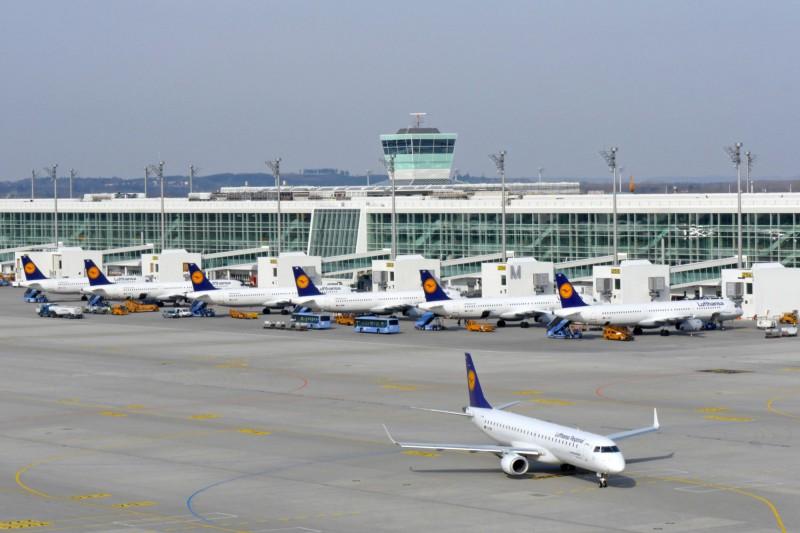 Line-up am Bau des Satelliten (c) Munich Airport